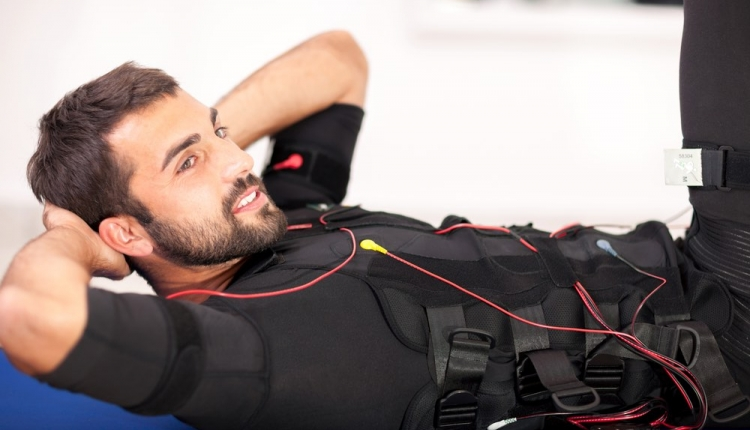 mężczyzna w kamizelce podczas sesji elektrostymulacji, elektrostymulacja